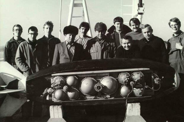 """Аппарат """"Тифлонус"""" предназначен  для работы в Арктике. Рядом с ним - создатели и испытатели, 1987 год. Фото: Из архива ИПМТ"""
