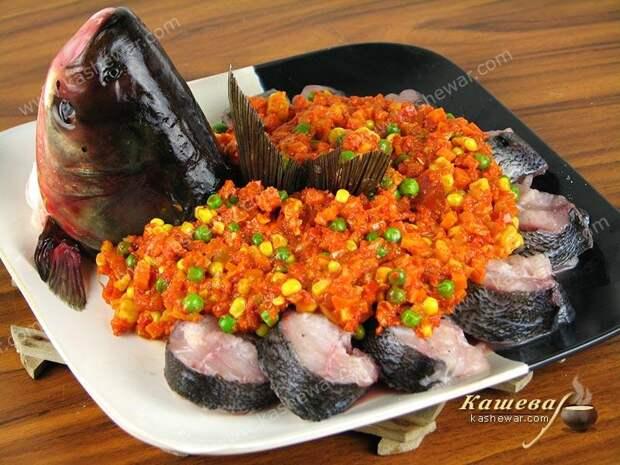 Выложить рыбу и овощи на тарелку и готовить на пару