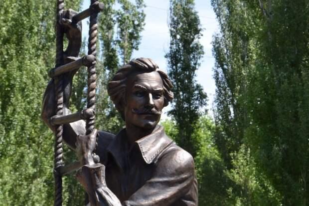 В Саратове открыли памятник Олегу Янковскому. Фото: пресс-служба администрации города