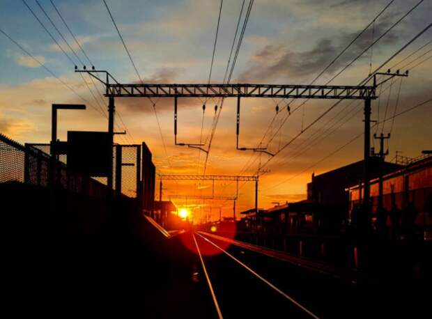 Фото дня: огненный закат над платформой «Лианозово»
