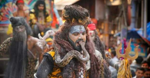 Экзорцизм по-индийски: колдун накормил клиентку фекалиями иподжег
