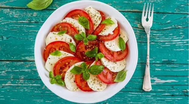 5 аппетитных салатов с моцареллой для настоящих гурманов