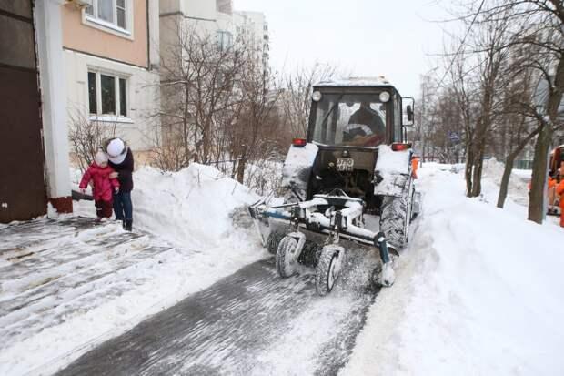 Возле дома по Новомарьинской улице убрали снежные заносы — Жилищник