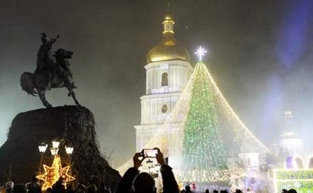 На фото: главная елка Украины, установленная на Софийской площади, после церемонии открытия.