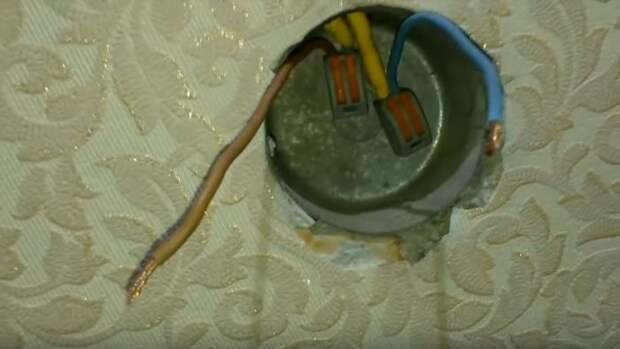 Как посадить на место новую розетку на короткие провода