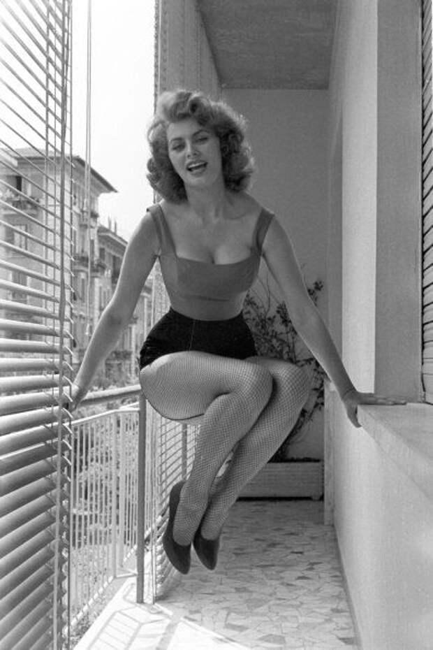 Софи Лорен у себя дома в Италии. 1955 год.