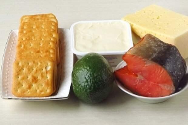 Для приготовления пирожного нужно взять солёные крекеры, крупный, спелый плод авокадо, сливочный сыр (например, «Виолетте», «Буко», «Филадельфия», «Альметте» или др.), твёрдый сыр, лимонный сок и подкопченную горбушу. Если сливочный сыр недостаточно солёный, то можно взять немного соли.