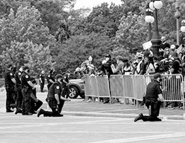 Эксперт дал оценку коленопреклонению полиции США перед протестующими