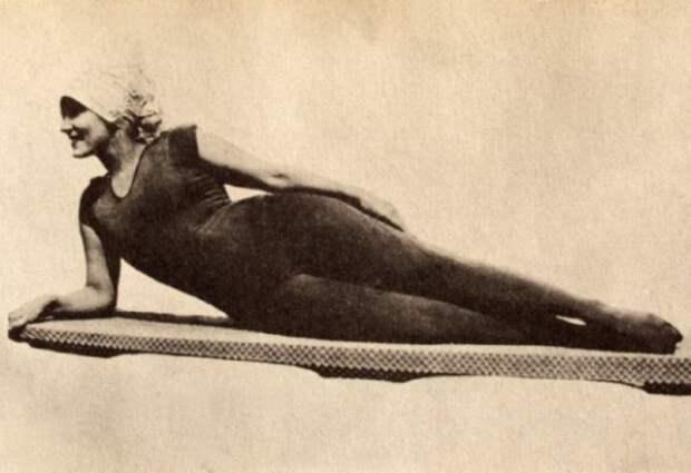 Аннетт Келлерман в купальном костюме для ныряния, разработанном ею самой, 1909 | Фото: allwantsimg.com