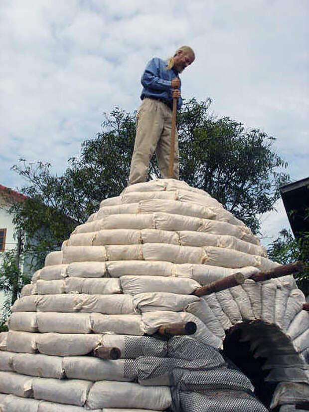 Набивая мешки землей мужчина сделал необычное украшение участка