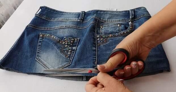 Мастерица не выбрасывает старые джинсы, а отрезает штанины и шьёт милую вещицу