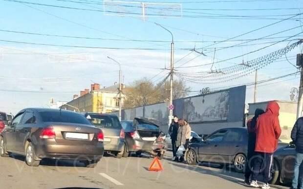 Столкнувшиеся машины перегородили две полосы на центральной рязанской улице вечером в пятницу