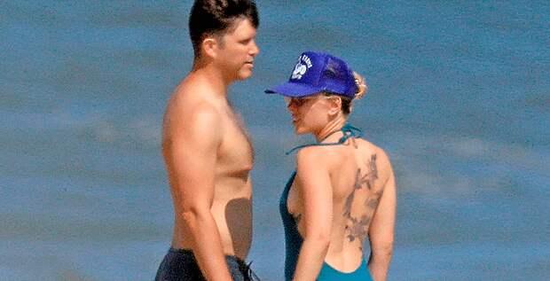 Скарлетт Йоханссон обнимается на пляже с будущим мужем