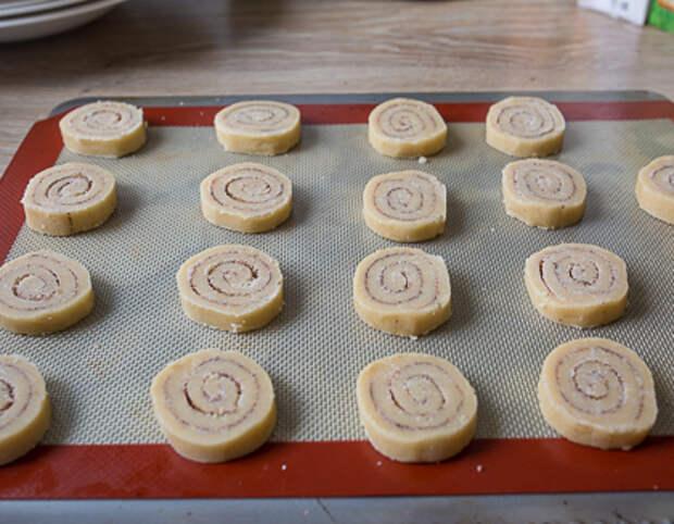 Кладем печенье на противень