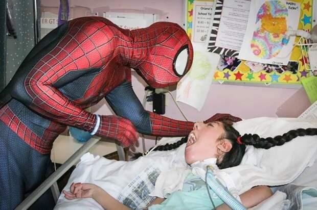 """Мена также основал некоммерческую организацию """"Heart of a Hero"""" (""""Сердце героя"""") болезнь, герой, история, костюм, мужчина, помощь, ребенок, человек паук"""