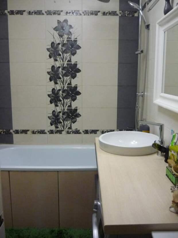Серая плитка с цветами в ванную