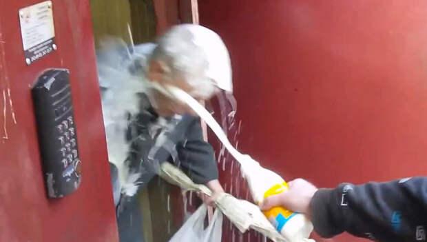 """Кадр из видео, на котором видно, как украинские """"патриоты"""" издеваются над стариком"""