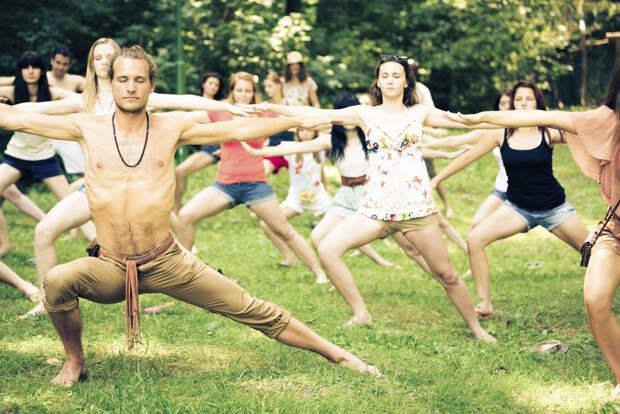 Йога для девушек Ну конечно, йога-класс прекрасное место, чтобы познакомиться там с дамой. Однако, многие парни тоже занимаются йогой и прекрасно себя чувствуют. Просто не стоит ставить личные ограничения на обычный спорт и все будет в порядке.