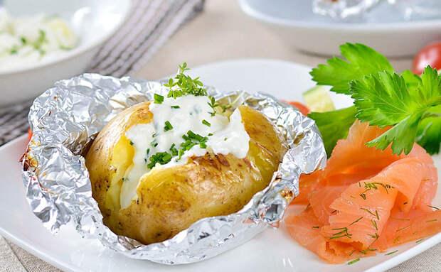 Запекаем картошку целиком. Каждый раз основа одинаковая, а мы меняем начинку и получаем новые вкусы