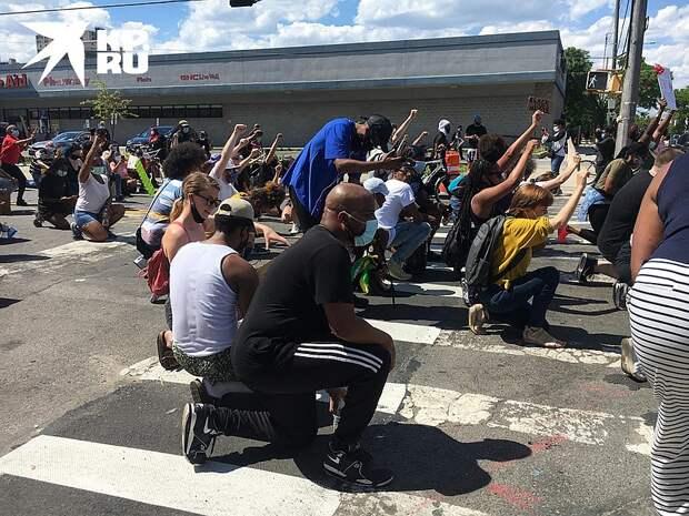 Вся толпа встала на колени Фото: Валерий РУКОБРАТСКИЙ