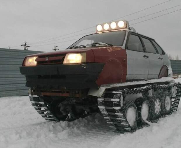 Создатель машины говорит, что вдохновился роликом о гусеничных автомобилях из Якутии, которые с легкостью преодолевали глубокий снег и другие преграды. Своему творению он присвоил название Т-21099. 2109, ваз, вездеход, самоделка
