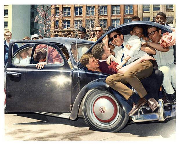 Студенты колледжа проверяют вместимость автомобиля «Фольксваген-жук», 1965 год.