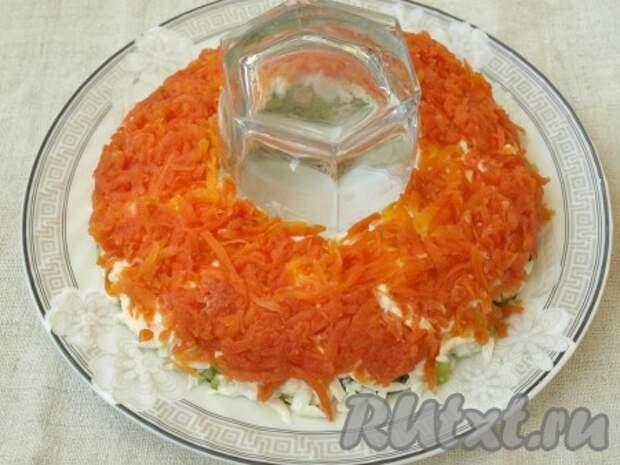 Морковь натереть на тёрке и выложить сверху белков. Снова нанести майонез.