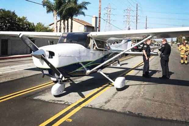 Девушка мастерски посадила сломавшийся самолет на автодорогу