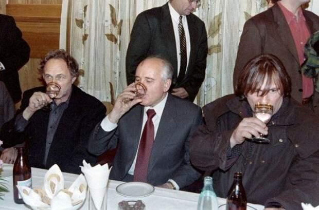 Михаил Горбачев в компании Пьера Ришара и Жерара Депардье на банкете. ММКФ, 1993 год.