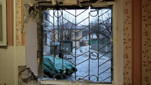 Выбитые стекла окон в пострадавшем от обстрела жилом многоэтажном доме. Архивное фото