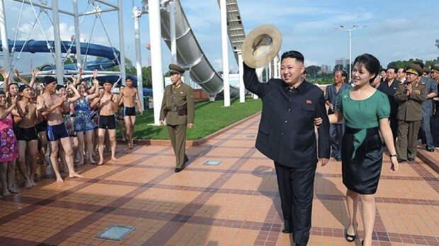 Ким Чен Ын с женой в водном развлекательном парке.
