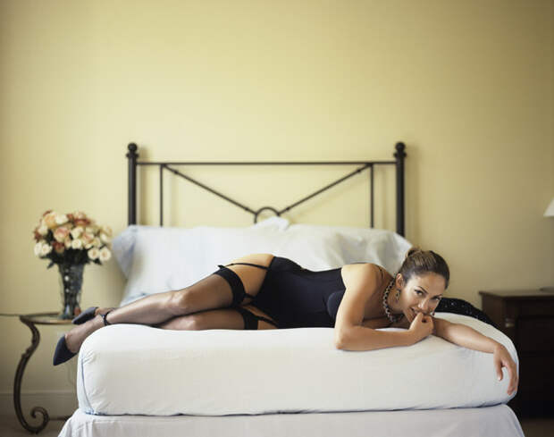 Дженнифер Лопес (Jennifer Lopez) в фотосессии Фируза Захеди (Firooz Zahedi) для журнала Vanity Fair (1998), фотография 6