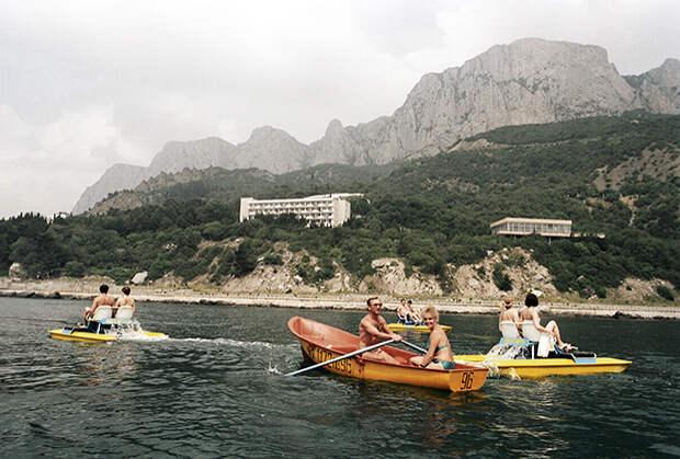 Отдыхающие на крымском побережье Черного моря. 1991 год
