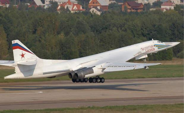 Ту-160 Туполев Ту-160 является самым крупным в мире сверхзвуковым боевым самолетом. Он был разработан в Советском Союзе еще в 1980-е годы. Ту-160 может похвастаться самыми мощными двигателями, которые когда-либо были установлены на боевых самолетах, и способен переносить груз в 40 000 килограммов.