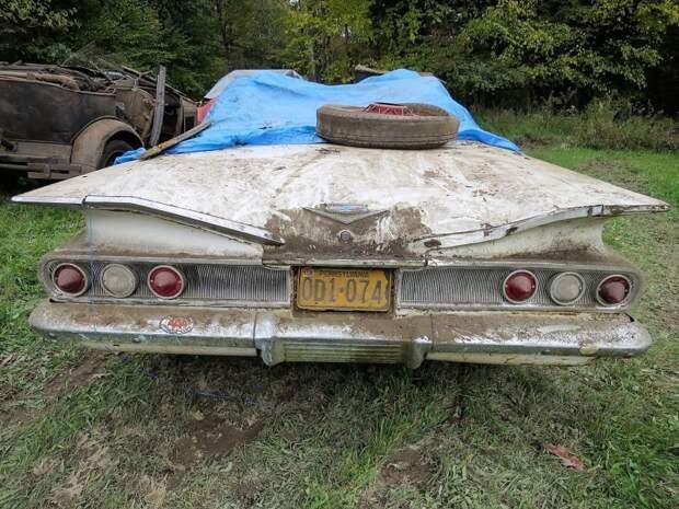Редкий гость на фоне многочисленных 'фордов' представитель семейства GM. Это Chevy Impala кабриолет 1960 года авто, джанкярд, коллекция, коллекция автомобилей, олдтаймер, ретро авто, свалка автомобилей