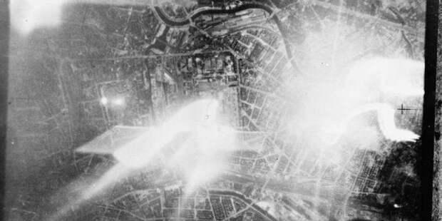 Вспышка справа — падение бомбы-маркера, другие источники света — немецкие прожекторы