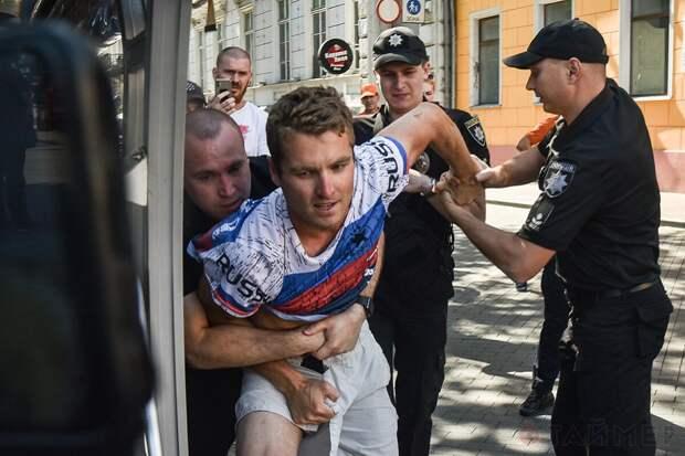 """Одесса – американца в футболке с надписью """"Россия"""" арестовали"""