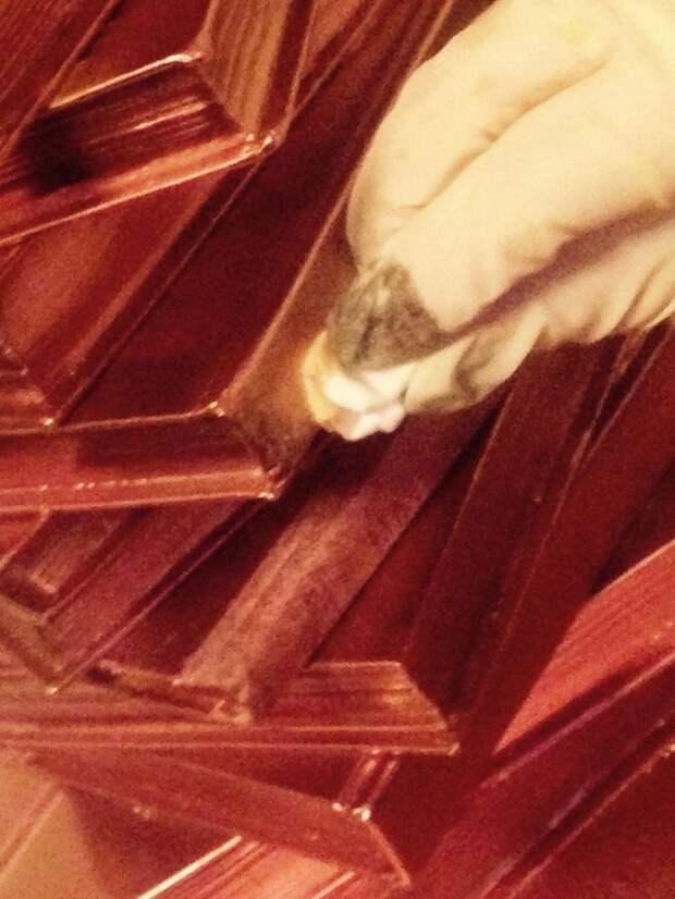 Даем просохнуть. Далее наносим акриловой краской по краям (хаотично, как больше нравится) эдакие разводы, как бы золотим поверхность. своими руками, сделай сам