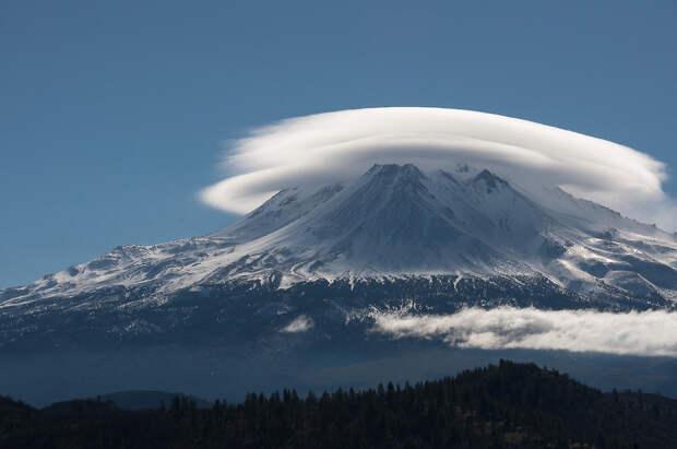 Лентикулярное облако. Явление образуется между двумя слоями воздуха. Главная особенность таких облаков — неподвижность, не взирая на силу ветра. (Mariano Cuajao)