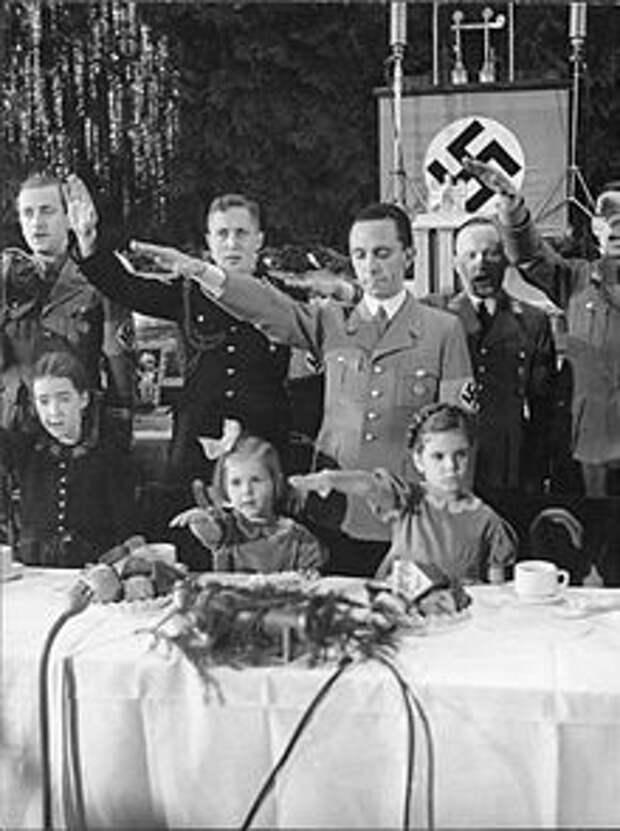 220px-Bundesarchiv_Bild_183-C17887,_Berlin,_Joseph_Goebbels_mit_Kindern_bei_Weihnachtsfeier.jpg
