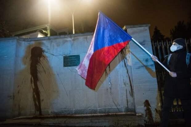 ВПраге задержали семь человек, обливших забор посольства России