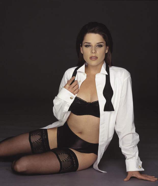 Нив Кэмпбелл (Neve Campbell) в фотосессии Барри Голливуда (Barry Hollywood) для журнала FHM (1998), фото 2