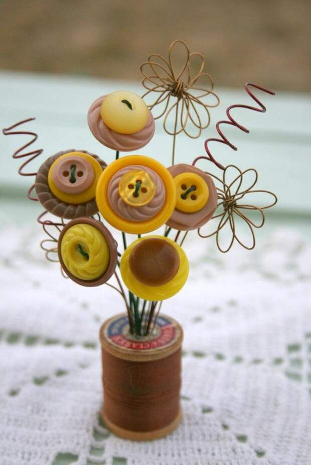 Vintage Button Spool BouquetYellow and Tan by MyFancifulNotions, $8.00 I have some antique buttons I want to display & this is the way to enjoy them everday! So exciting!!!!