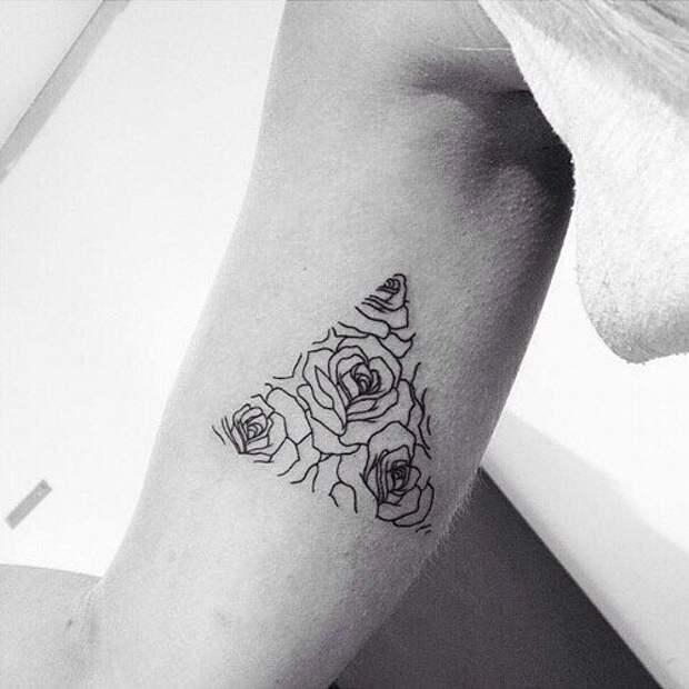 Необычное тату с цветами