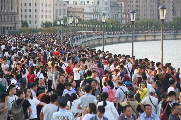 Этот перекресток располагается у набережной Вайтань, участке улицы Сунь Ятсена в Шанхае - в дни национального праздника на набережной собирается больше всего местных жителей и туристов. авто, в мире, видео, дороги, дорожное движение, китай, пробки, регулирование