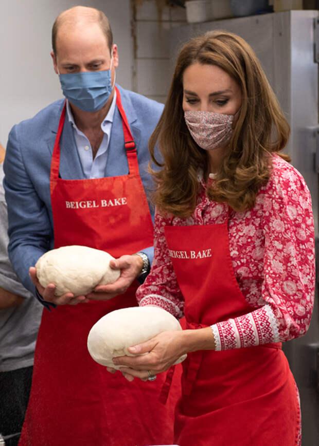 Кейт Миддлтон и принц Уильям с детьми испекли пирожные для ветеранов