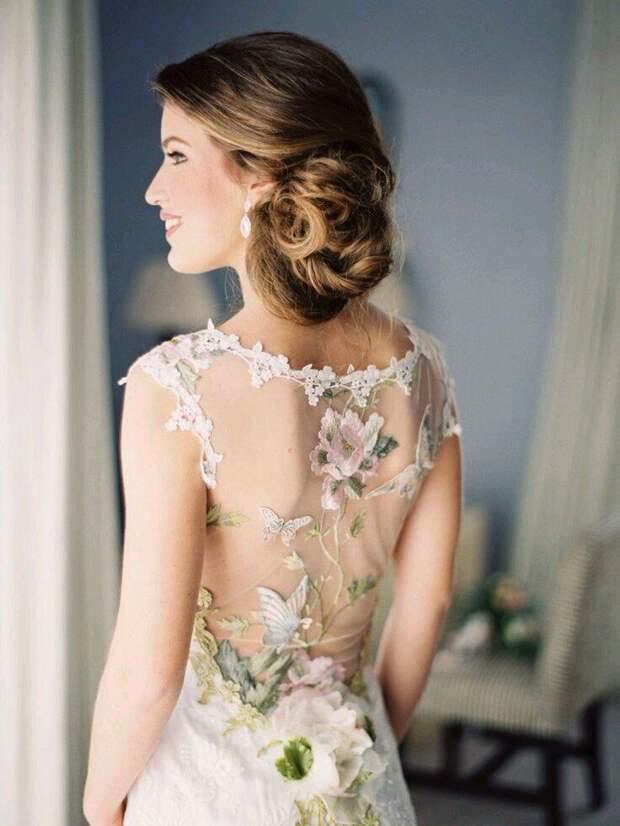 Свадебное (?) платье с цветной вышивкой