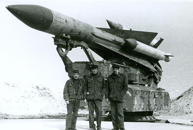 Офицеры советского 231-го зенитного ракетного полка на позиции ЗРК С-200ВЭ «Вега». Сирия, 1983 год.