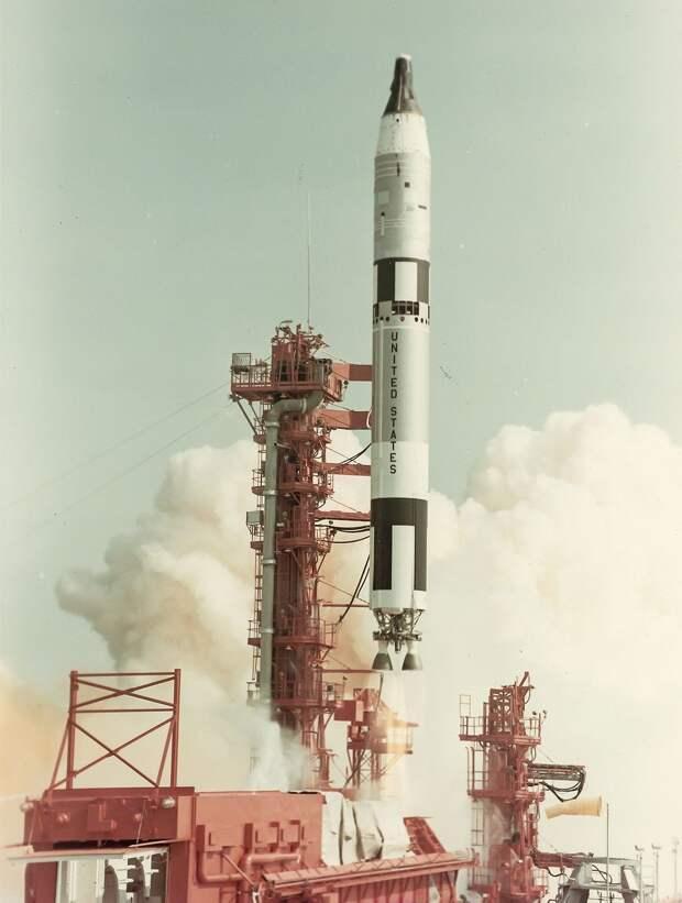 1966,16 марта. Старт Джемини-8. Основная задача полёта — сближение и стыковка с мишенью Аджена-VIII. Второстепенные задачи включали проверку бортовых систем корабля, выход в открытый космос и 10 различных экспериментов.