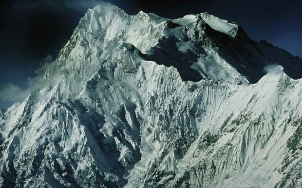 Нанга Парбат Месторасположение: Пакистан. Гималаи Высота: 8 126 м До того как Эверест обрел свою популярность среди альпинистов, именно Нанга Парбат занимал первенство по числу погибших на его склонах скалолазах. За что и получила прозвище Гора-убийца. В 1953 году пытаясь добраться до ее вершины, погибло сразу 62 человека. С тех пор, видимо, гора утолила свою жажду крови. На сегодняшний день смертность существенно снизилась – до 5,5%.